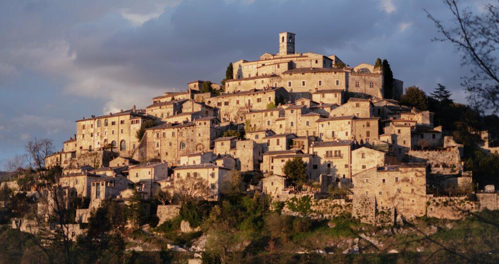 Zicht op het stadje Labro gelegen tussen Terni en Rieti, in de Italliaanse regio Umbrië