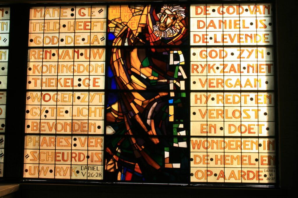 Glasraam van kunstenaar Jan Huët in de Heilig Hartkerk in Lier