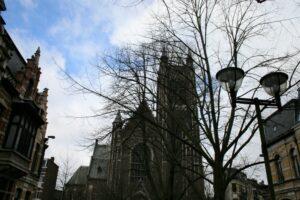 De Sint-Hubertuskerk in Berchem waar het Vlaams Architecteninstituut onderdak vindt.