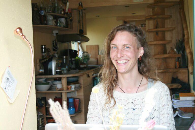 Jill Marchant in haar tiny house in Limburg
